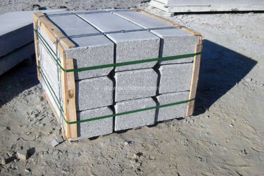 e18mm001-pl-2-pallets-with-ends-protectors-for-kerbs